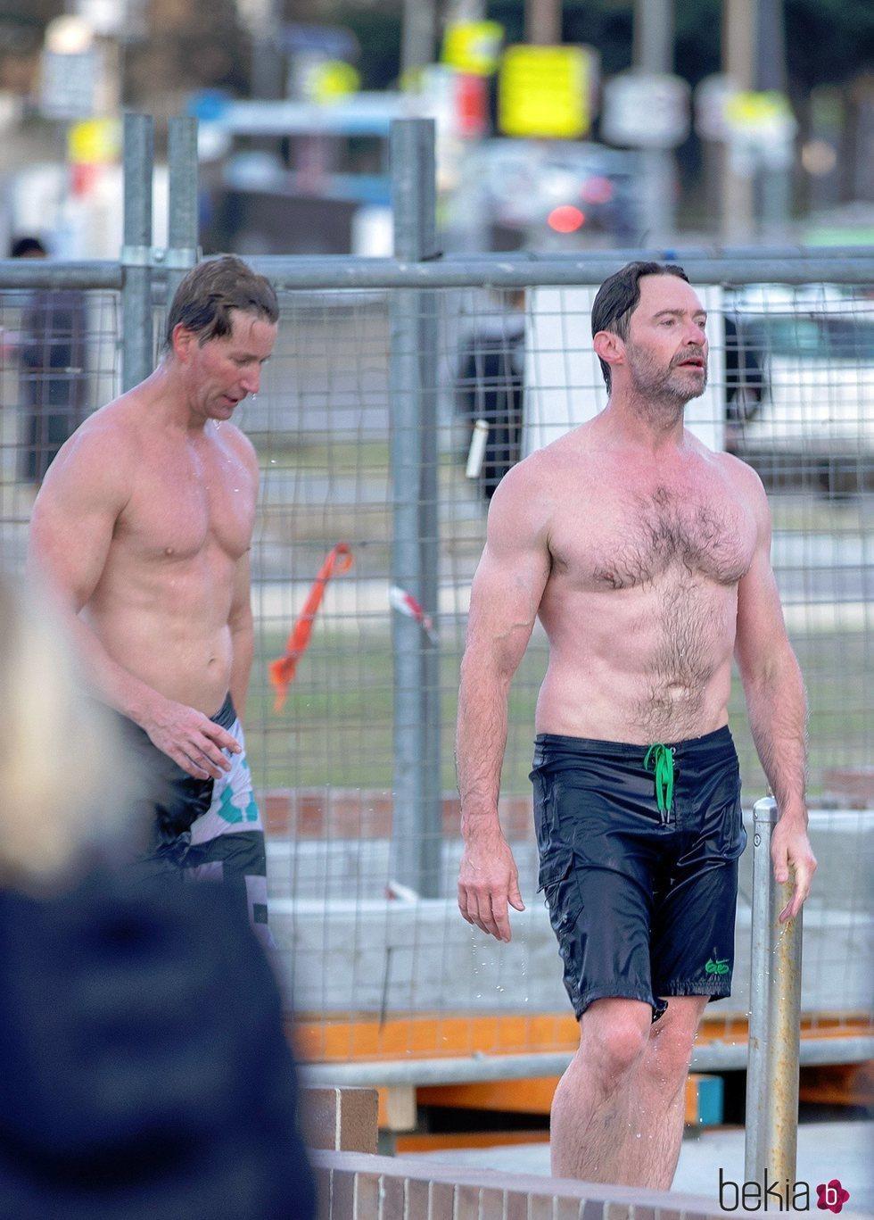 Hugh Jackman en la playa con su entrenador personal, Michael Ryan