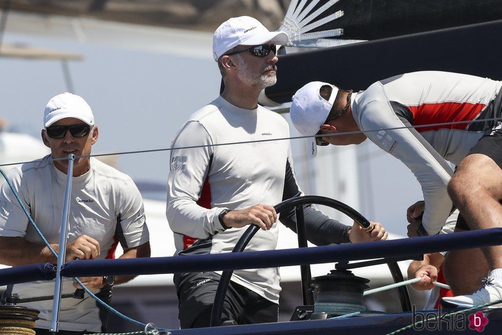 El Rey Felipe timoneando el Aifos 500 en la Copa del Rey de Vela 2018