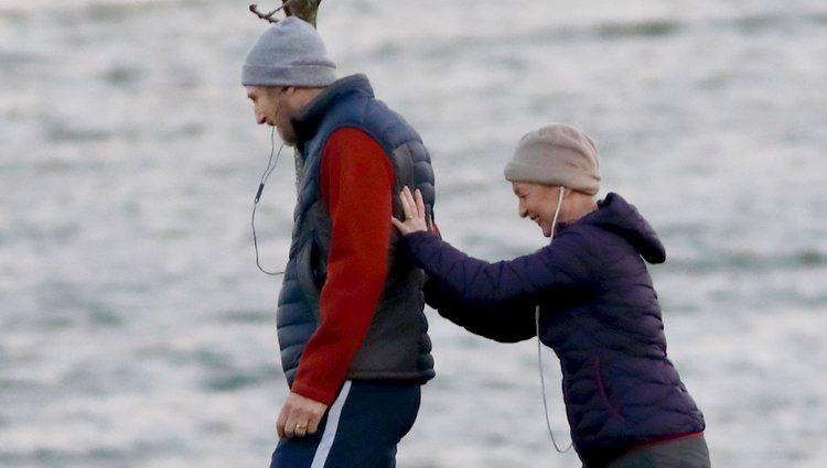 Liam Neeson y Lesley Manville muy divertidos durante el rodaje de 'Gente normal'