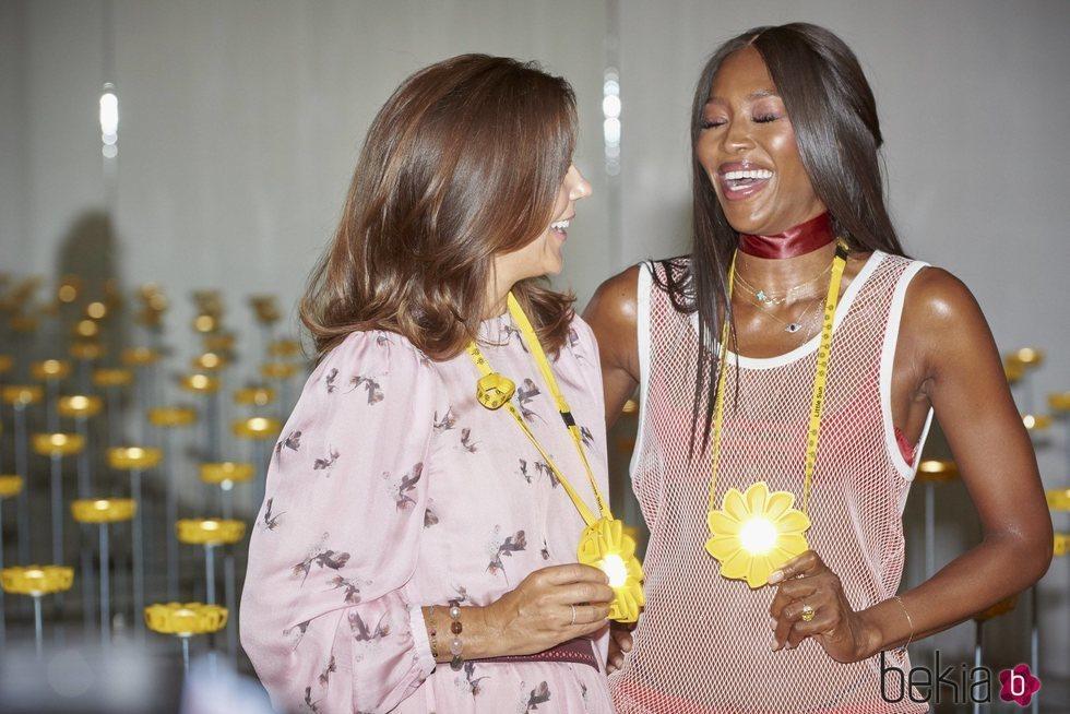 La Princesa Mary de Dinamarca y Naomi Campbell muy cómplices en la Semana de la Moda de Copenhague