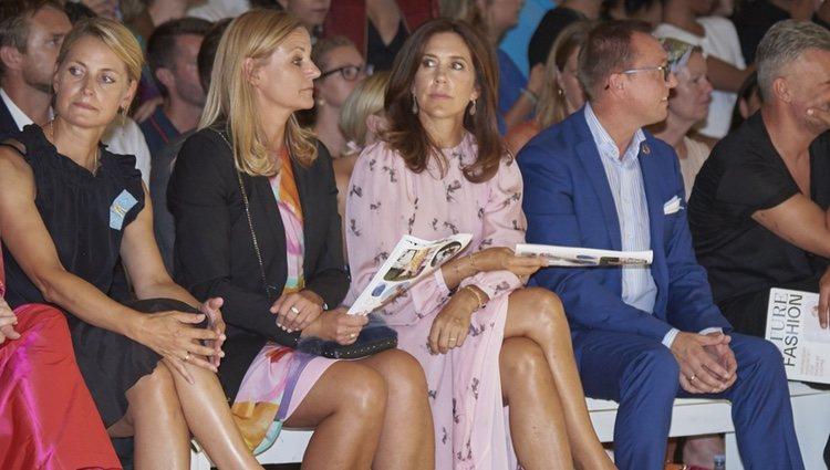 La Princesa Mary de Dinamarca en el front row de la Semana de la Moda de Copenhague 2018