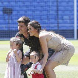 Thibaut Courtois junto a su ex y sus hijos en la presentación con el Real Madrid