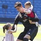 Thibaut Courtois con sus dos hijos en el Santiago Bernabéu