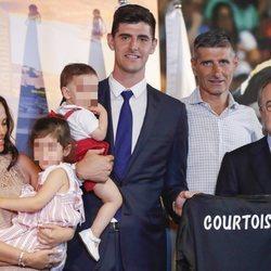 Thibaut Coutois junto a su familia durante su presentación con el Real Madrid