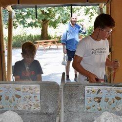 Vicente y Christian de Dinamarca buscando fósiles en Knuthenborg Safari Park