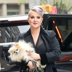 Kelly Osbourne con su perro en Nueva York en 2017