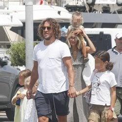 Carles Puyol y Vanessa Lorenzo por las calles de Ibiza en familia