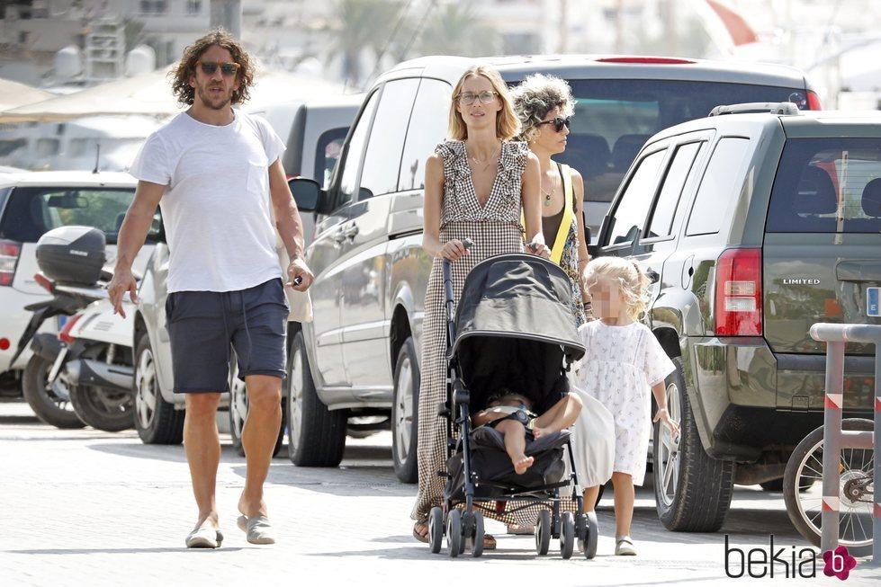 Carles Puyol y Vanessa Lorenzo con sus hijas por Ibiza