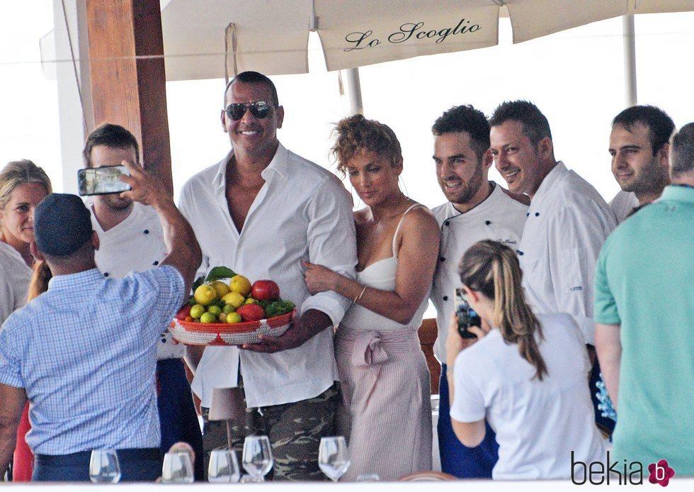 Jennifer Lopez y Alex Rodríguez posan para una foto en Capri