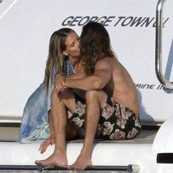 Heidi Klum y Tom Kaulitz besándose en un yate durante sus vacaciones en Italia