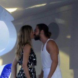 Heidi Klum y Tom Kaulitz besándose a bordo del yate en el que navegan por el Mediterráneo