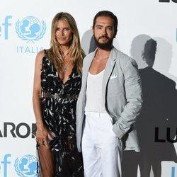 Heidi Klum y Tom Kaulitz posando juntos en la alfombra roja de la Gala de Verano de Unicef