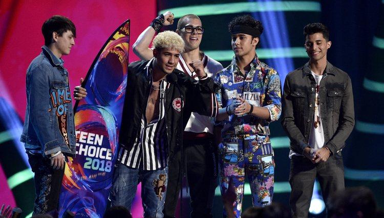 El grupo CNCO recogiendo su galardón en la gala de los Teen Choice 2018