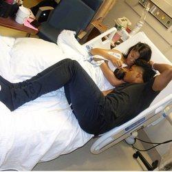 Chanel Iman y Sterling Shepard presentando a su hija Cali Clay en el hospital