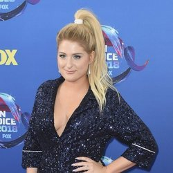Meghan Trainor en la alfombra roja de los Teen Choice Awards 2018