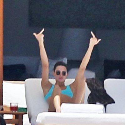 Kendall Jenner haciendo una peineta durante sus vacaciones en México