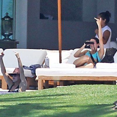 Kendall Jenner y Khloe Kardashian haciendo una peineta durante sus vacaciones en México