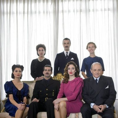 Loreto Mauleón con el resto de actores de 'Lo que escondían sus ojos'