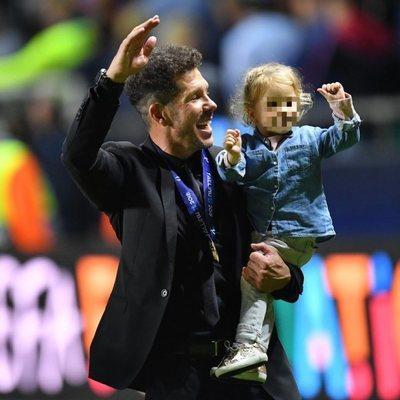 Diego Simeone clebrando la Supercopa 2018 con su hija Francesca
