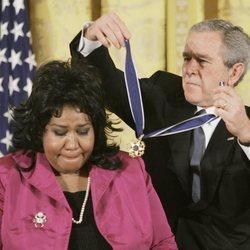 Aretha Franklin recibiendo la Medalla Presidencial de la Libertad en 2005
