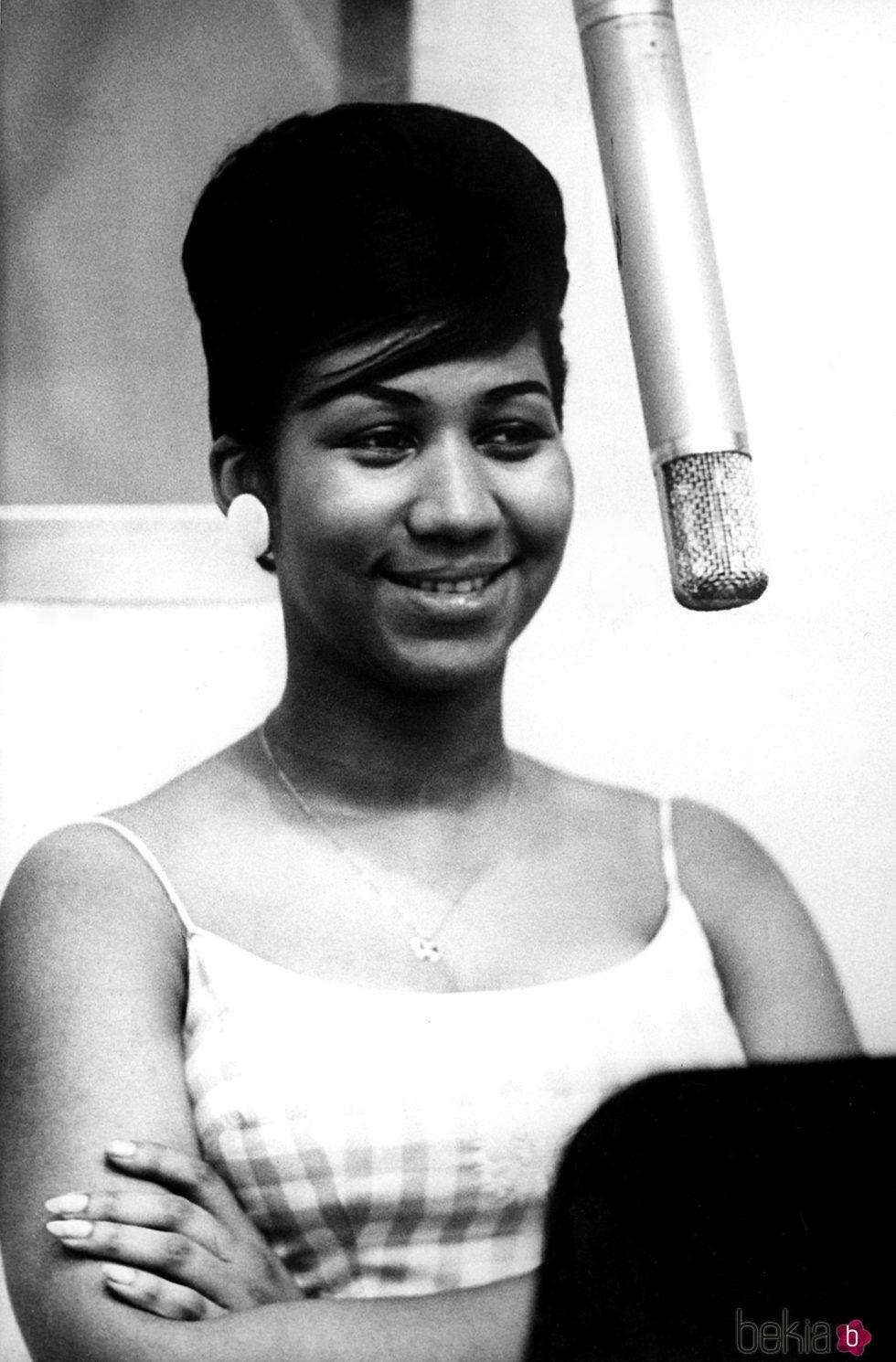 Aretha Franklin en un estudio de grabación en 1961