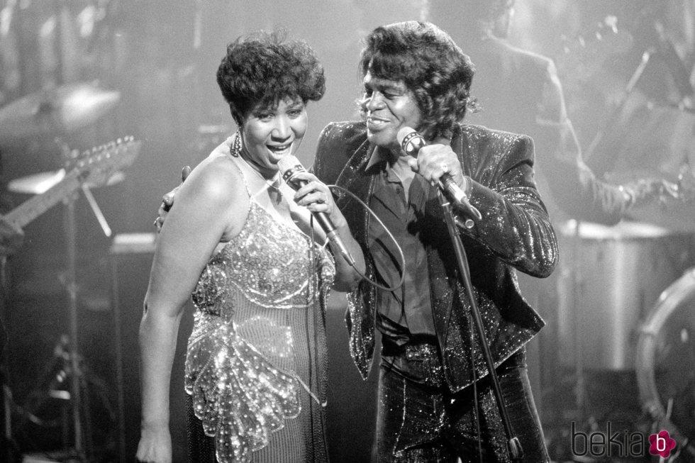Aretha Franklin cantando junto a James Brown en 1988