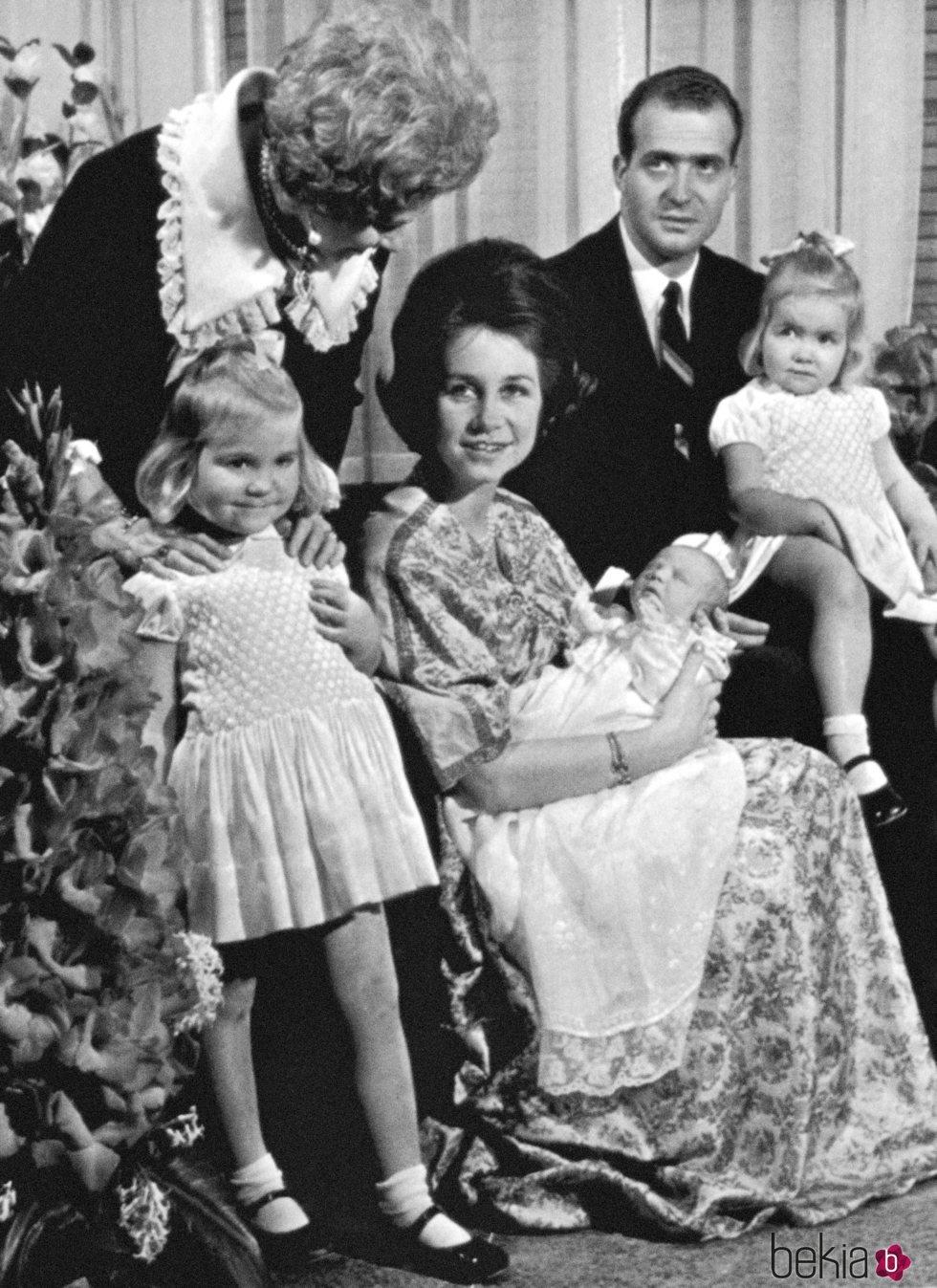 El Rey Felipe en su presentación al nacer junto a los Reyes Juan Carlos y Sofía y las Infantas Elena y Cristina