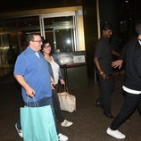 Nick Jonas y sus padres tras su llegada a la India