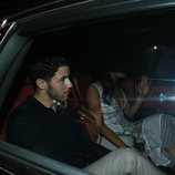 Nick Jonas y Priyanka Chopra de paseo en coche por Mumbai