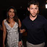 Priyanka Chopra agarra el brazo de Nick Jonas mientras caminan
