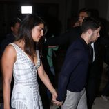 Priyanka Chopra y Nick Jonas se dan la mano mientras caminan