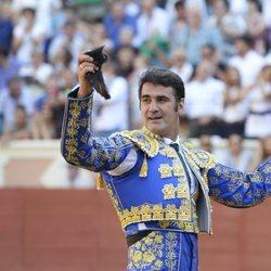 Jesulín de Ubrique con las dos orejas de su primer toro en la plaza de toros de Cuenca