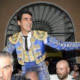 Jesulín de Ubrique saliendo por la Puerta Grande de la plaza de toros de Cuenca