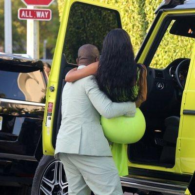 Kanye West ayudando a bajar a Kim Kardashian del coche en Miami