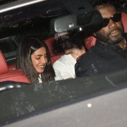 Priyanka Chopra y Nick Jonas visitan un orfanato en la India