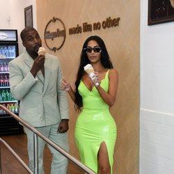 Kim Kardashian y Kanye West comiendo un helado en Miami