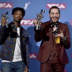21 Savage y Post Malone con su premio en los VMAs 2018
