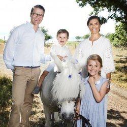 El Príncipe Oscar, muy espontáneo sobre un poni, posa junto a sus padres y su hermana