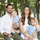 Carlos Felipe de Suecia y Sofia Hellqvist posan junto a sus hijos en el Palacio de Solliden