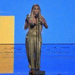 Jennifer Lopez recogiendo el 'Michael Jackson Video Vanguard' en los VMAs 2018