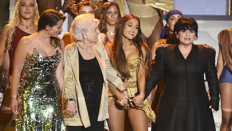 Ariana Grande junto a su tía, su abuela y su madre en la actuación de los VMAs 2018