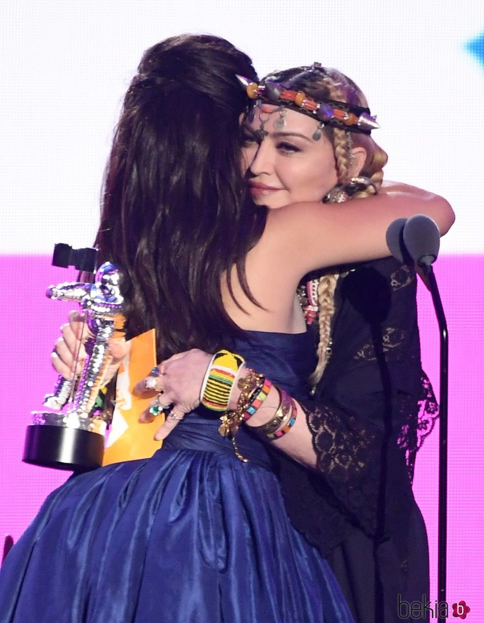 Madonna entregan el premio 'Vídeo del año' a Camila Cabello en los VMAs 2018