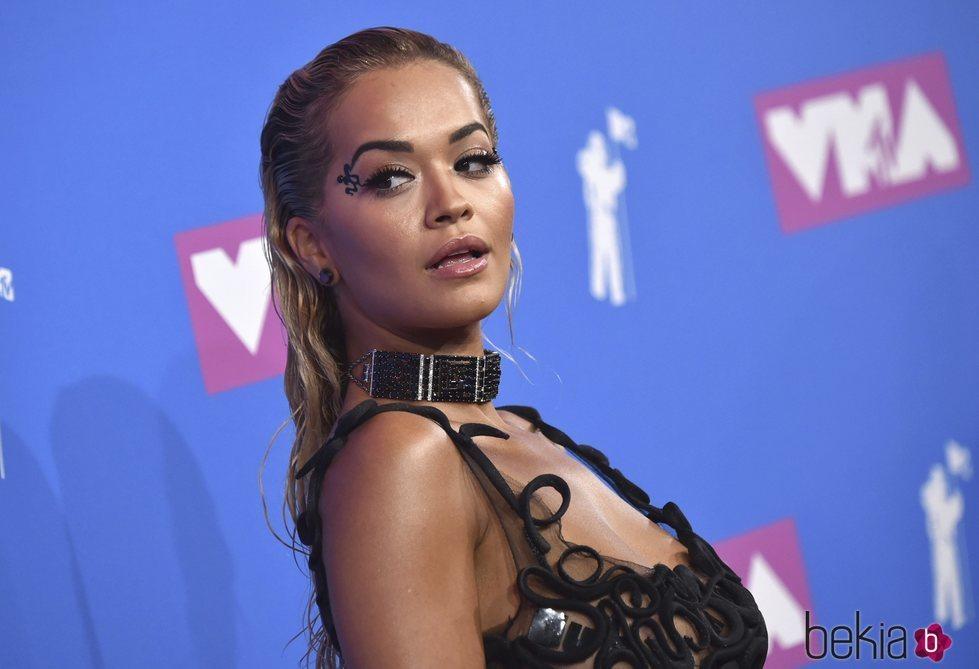 Rita Ora durante la alfombra roja de los VMAs 2018