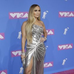 Jennifer Lopez en la alfombra roja de los VMAs 2018