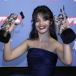 Camila Cabello con sus galardones en los VMAs 2018