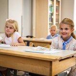 La Princesa Estela de Suecia muy contenta en su primer día de colegio