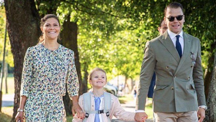 La Princesa Estela de Suecia acude junto a sus padres en su primer día de colegio