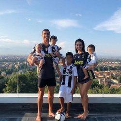Cristiano Ronaldo y Georgina Rodríguez felices con sus hijos en su vida en Italia