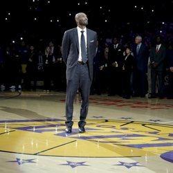 Kobe Bryant en la ceremonia de retirada de sus números 2017