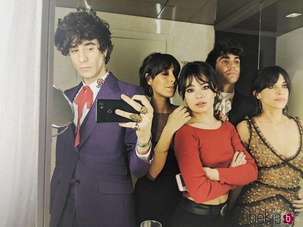 Javier Calvo, Belén Cuesta, Anna Castillo, Javier Ambrossi y Macarena García en el backstage de los Goya de 2018